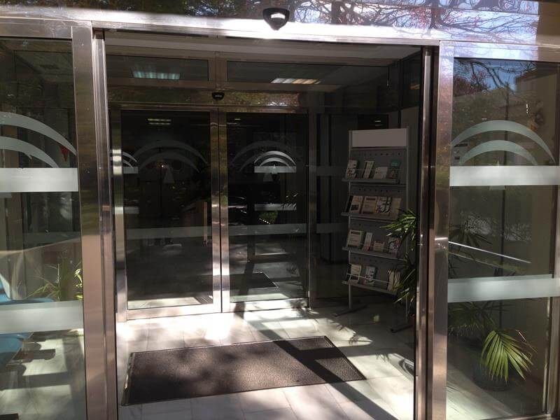 Puertas automaticas de vidrio m laga batimat sl - Puertas de garaje malaga ...